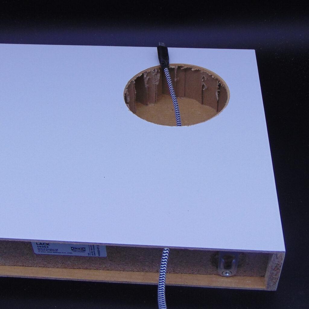 QI-Charger-Regal: Kabel verlegen